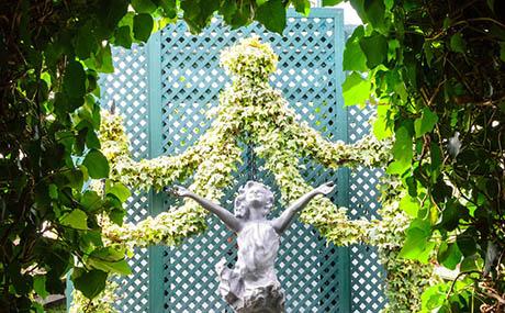 Ispirazione decorazione fiori piante statua