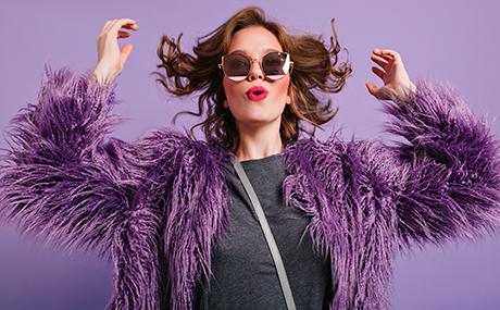 femme-jeune-manteau-poils-violet-rouge-a-levre.jpg