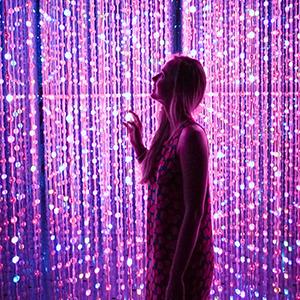 femme-lumieres-connectees-violet-rose.jpg