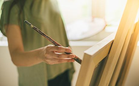 peintre-femme-chevalet-main.jpg