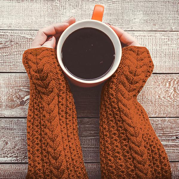 tasse-cafe-mains-pull-orange